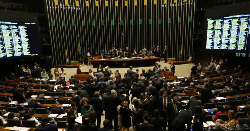 Brasília - Plenário da Câmara segue discutindo outras matérias enquanto aguarda definição sobre a votação das 10 medidas contra a corrupção (Fabio Rodrigues Pozzebom/Agência Brasil)