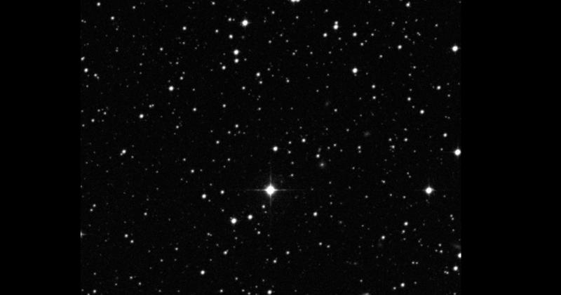 A gêmea solar HIP 68468 no centro da imagem. (c) The STScI Digitized Sky Survey.