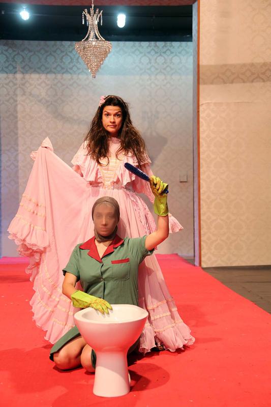 Luisa Romão e Maria Eduarda Machado, aluna da EAD no ensaio da peça O Preceptor - Foto: Cecília Bastos/USP Imagens