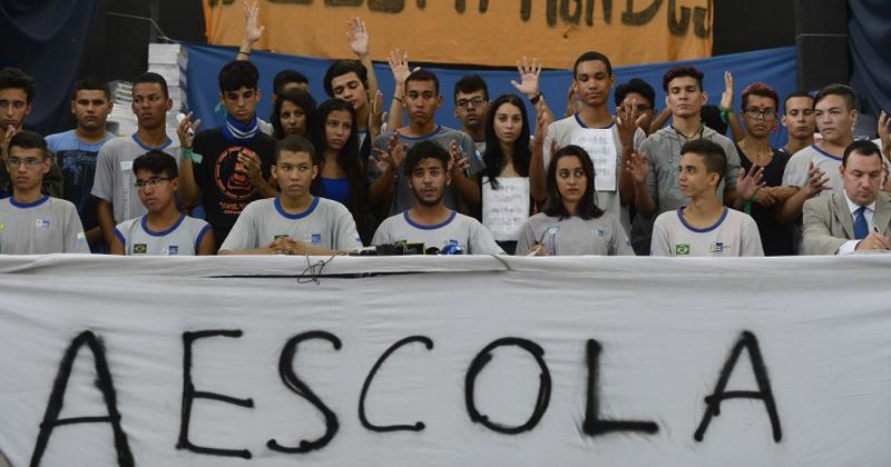 Em coletiva de imprensa alunos de colégio estadual anunciam desocupação da escola - Foto: Tânia Rêgo/Agência Brasil