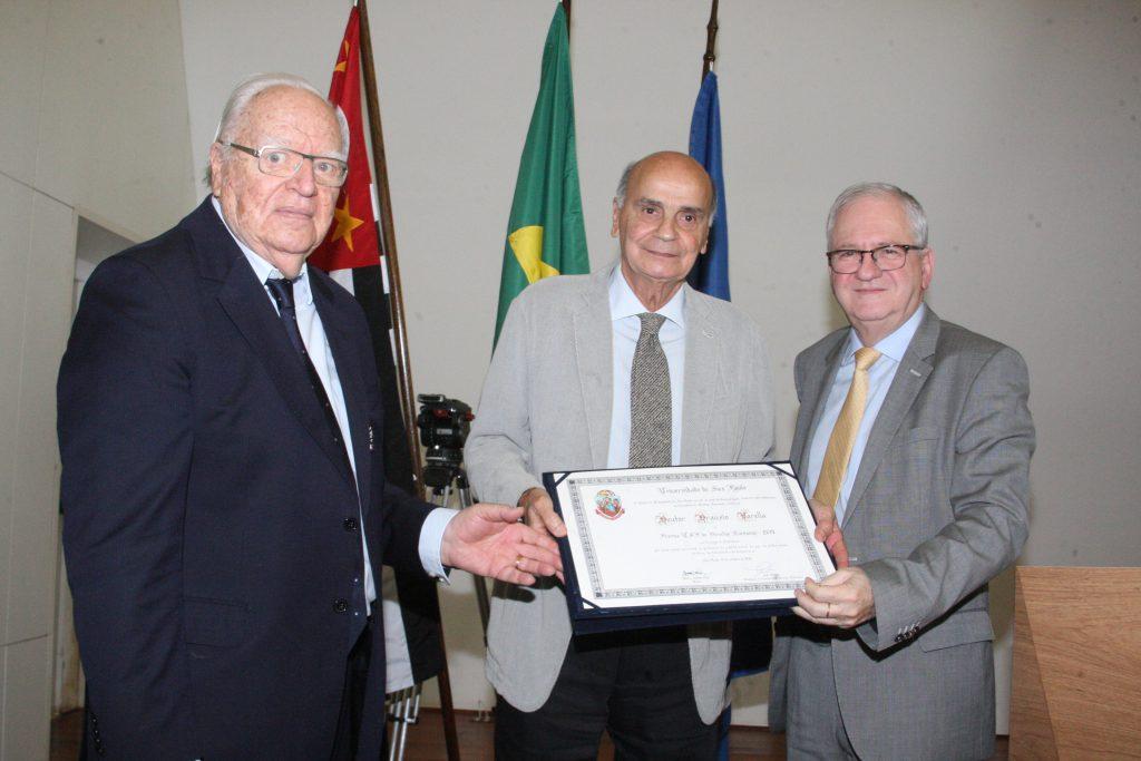 Presidente da Comissão de Direitos Humanos da USP, José Gregori, e o Reitor da USP, Marco Antonio Zago, entregam Foto: Ernani Coimbra