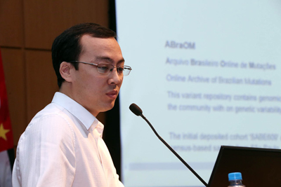 Guilherme Yamamoto, pesquisador do IB, explica sobre os conteúdos disponíveis no site do ABraOM - Fotos: Marcos Santos / USP Imagens