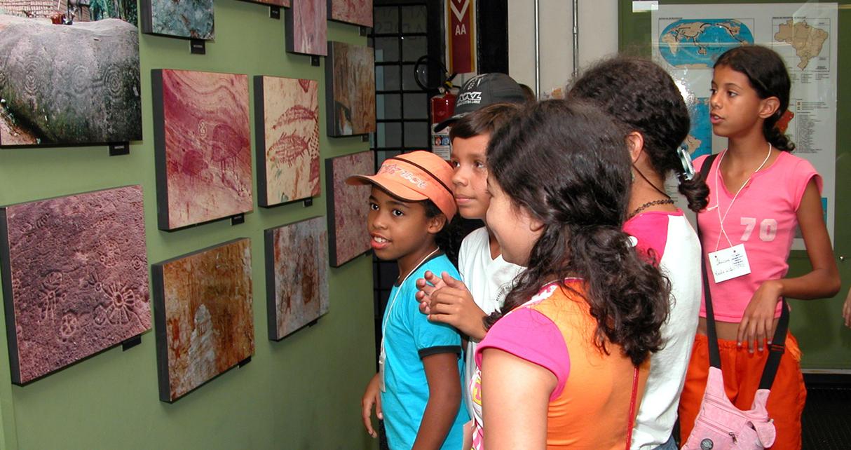 Estudantes durante visita ao acervo do MAE - Foto: Cecília Bastos/USP Imagens