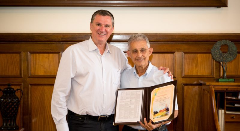 Luiz Gustavo Nussio, diretor da Esalq, e o professor Valdemar Antonio Demétrio - Foto: Gerhard Waller