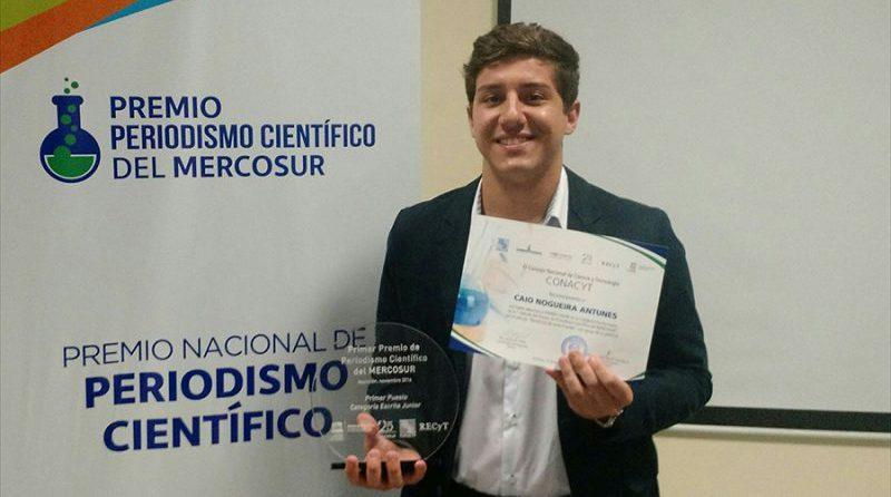 Caio Nogueira Antunes com o prêmio Premio de Periodismo Científico del MERCOSUR - Foto: Emanuel Pujol