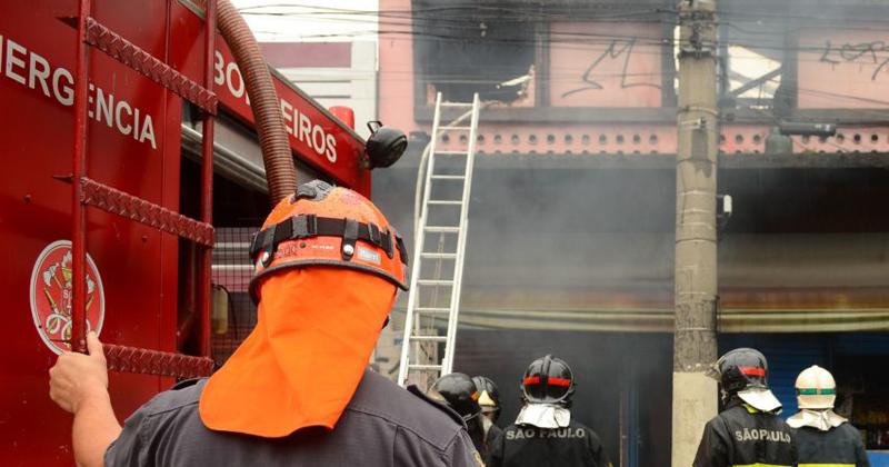 Bombeiros trabalham para conter incêndio em casa que abrigava imigrantes bolivianos no Brás, região central - Foto: Rovena Rosa/Agência Brasil