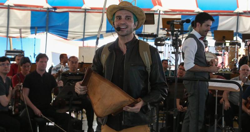 """O ator Daniel Guisard fez o papel do """"viajante"""" que quer conhecer vários gêneros musicais - Foto: Marcos Santos/USP Imagens"""