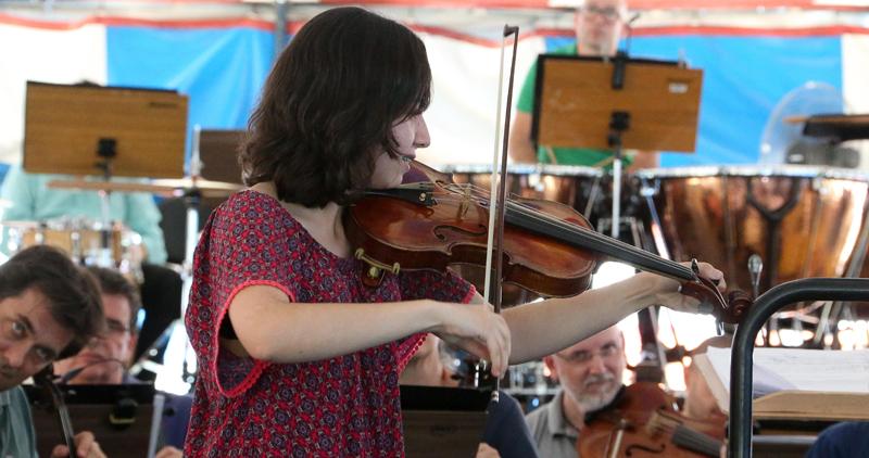 A violinista Sarah Nojosa, de 15 anos, tocou música de Mendeslssohn - Foto: Marcos Santos/USP Imagens