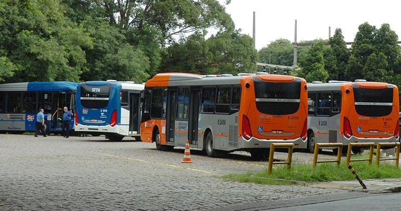 Ponto final de ônibus na Cidade Universitária | Foto: Marcos Santos / USP Imagens