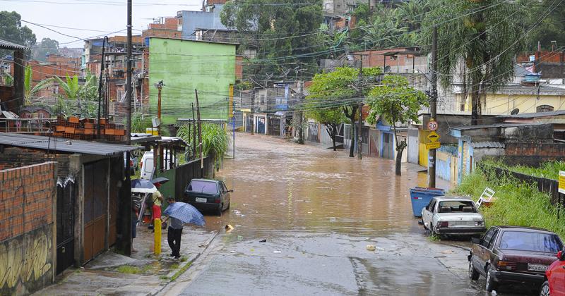 Enchente na zona leste de São Paulo - Foto: Marcos Santos/USP Imagens