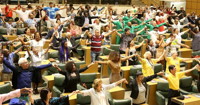 De mãos dadas, plateia reverencia a alegria do povo - Foto: Marcos Santos/USP Imagens