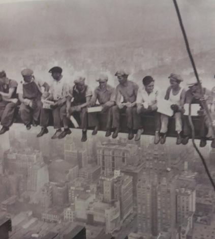 Fotografia tirada em 1932 por Charles C. Ebbets, mostra operários almoçando nas alturas durante a construção do edifício RCA