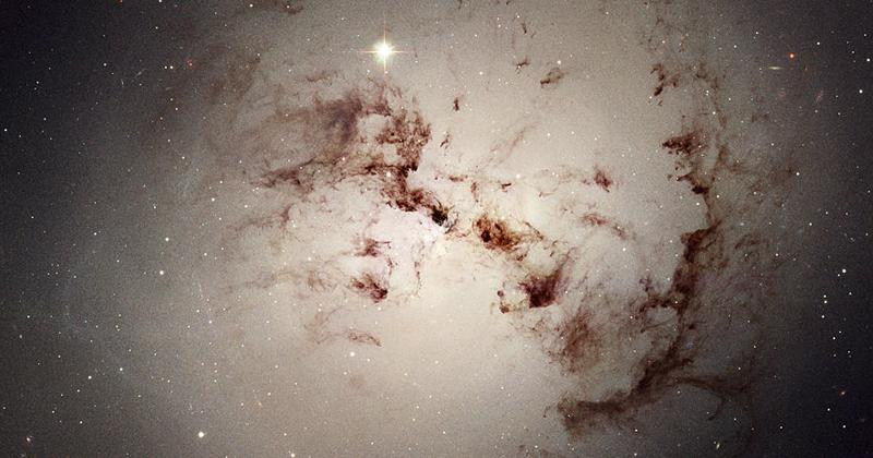 Galáxias elípticas são na maioria consequência da colisão de duas galáxias espirais - Foto: Wikimedia Commons