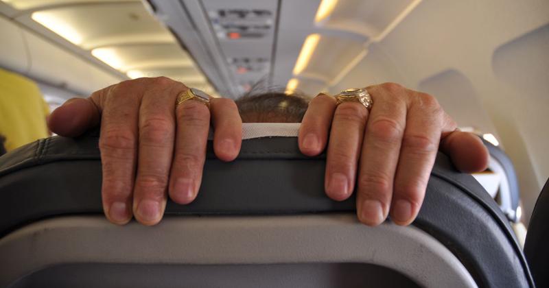 Um passageiro em um avião agarra o encosto da poltrona com medo de voar - Foto: jimynu via Visual Hunt