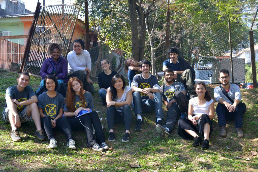 Membros da FAU Social no Jardim Jaqueline, onde durante o ano inteiro a entidade desenvolveu um projeto na praça da comunidade - Foto: Divulgação