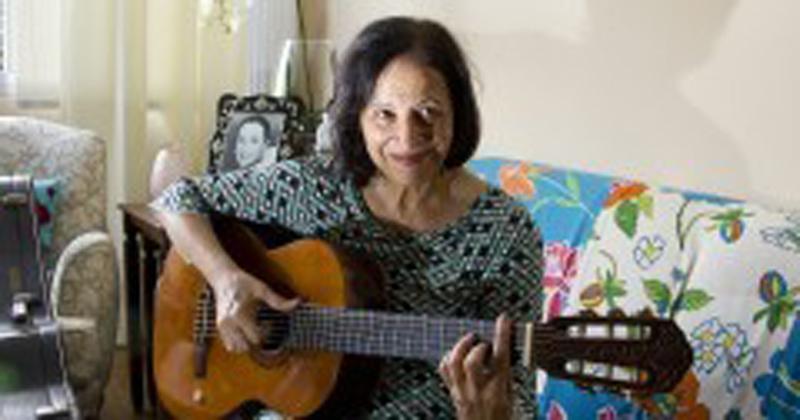 Além de escritora e doutora em Filosofia pela FFLCH, Eliete é cantora - Créditos da imagem: Marcos Santos / USP Imagens