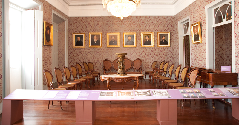 O rico acervo reúne fotos, documentos, objetos e obras de arte – Foto: José Rosael