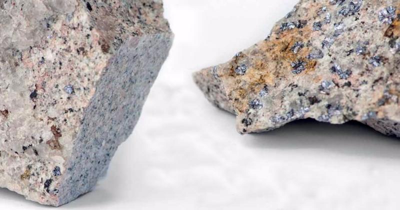 Rochas com pontos brilhantes de molibdênio, além de cobre e outros minerais em menor quantidade - Foto: Leo ramos/Revista Fapesp