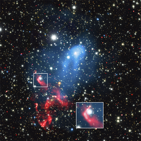 No gás quente (azul), partículas de alta energia que foram aceleradas por um buraco negro (ver a amplificação) são aceleradas novamente pela onda de choque, produzindo emissão em rádio (vermelho) - Imagem: Reinout van Weeren (Smithsonian External)