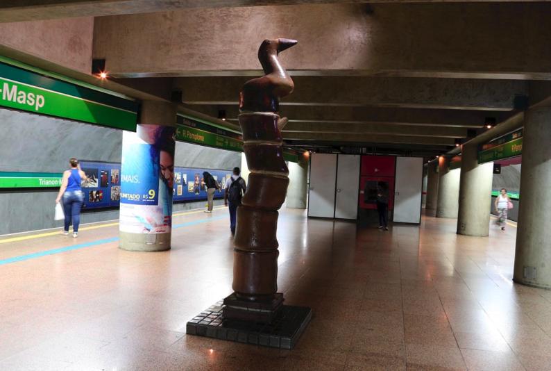 Fig.5. Francisco Brennand - Pássaro Roca, 1990. Escultura em cerâmica vitrificada, 2,8 X 0,4 m. Plataforma central da estação Trianon-Masp - Foto: Marcos Santos/USP Imagens.