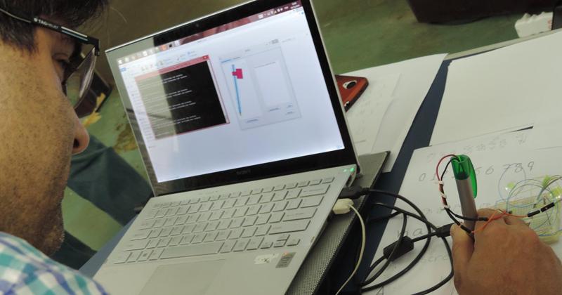 Usuário testando o protótipo durante evento do PCS - Foto: Divulgação
