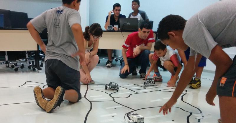 Uma das atividades do módulo de Introdução à Tecnologia, na qual cada grupo de crianças programou um robô para andar sobre o mapa do Brasil, passando por diversos estados e capitais do país - Foto: Projeto Semente