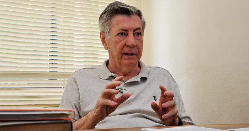 Professor Armando Paduan-Filho explica o experimento realizado com cloreto de níquel tioureia - Foto: Jorge Maruta/USP Imagens