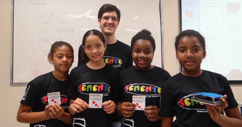 Grupo de alunas recebendo premiação após a apresentação de venda do produto que desenvolveram ao longo do semestre no módulo de Desenvolvimento de Produtos - Foto: Projeto Semente