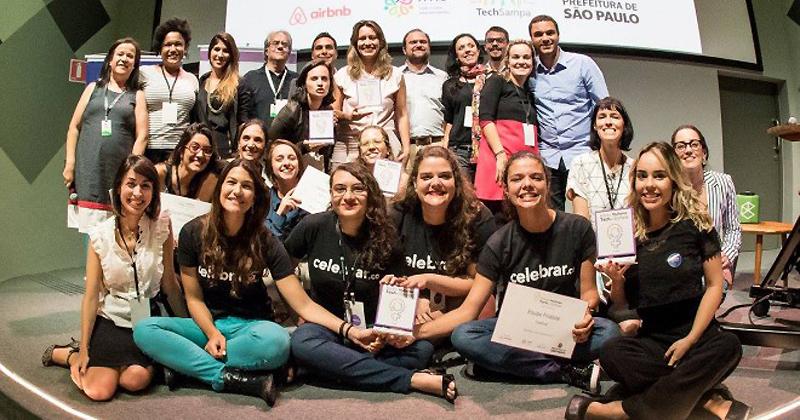 Integrantes da startup Celebrar, na primeira fileira de camiseta preta, durante premiação realizada em São Paulo - Foto: Divulgação