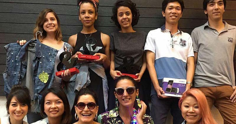 Equipes vencedoras: Equipes que ficaram em primeiro e segundo lugar, com a estilista Glória Kalil e jornalista Alexandra Farah. Crédito: Instagram Glória Kalil