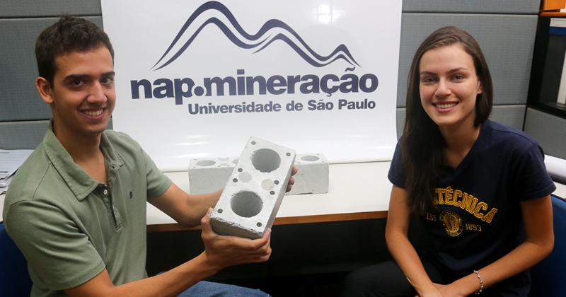 Os alunos da Escola Politécnica Fernando Rocha e Gabriela Menin que desenvolveram bloco de encaixe - Foto: Cecília Bastos/USP Imagens