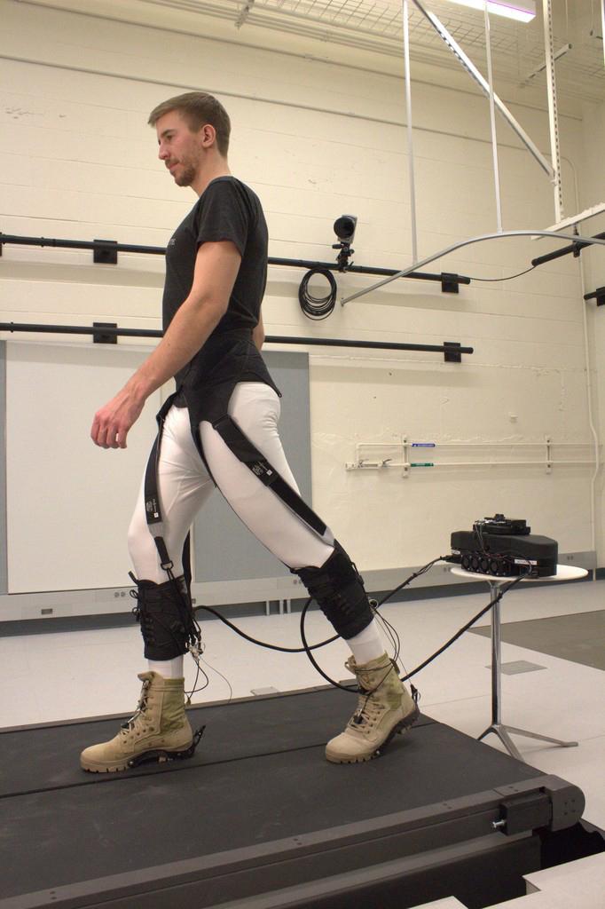 Exoesqueleto robótico flexível auxilia indivíduos a caminharem produzindo menos força na articulação dos tornozelos - Foto: Harvard Biodesign Lab via Revista Papesp