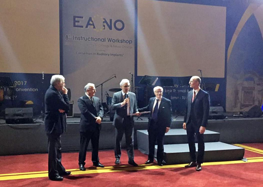 Professor Rubens ao centro, durante premiação Foto: Arquivo pessoal