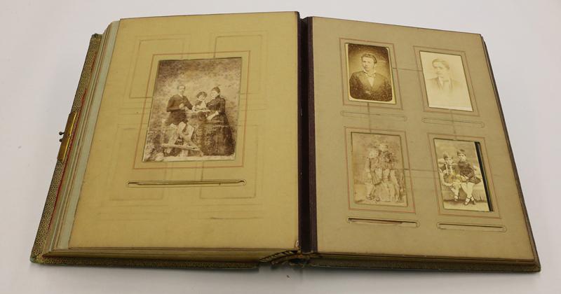 Álbum de família do historiador Caio Prado Júnior, um dos milhares de itens mantidos pelo Arquivo Foto: Marcos Santos/USP Imagens