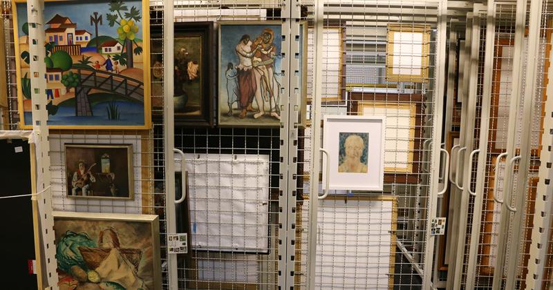 """Alguns dos quadros que compõe a Coleção de Artes Visuais, entre eles, """"O Mamoeiro"""" (1925), de Tarsila do Amaral Foto: Marcos Santos/USP Imagens"""