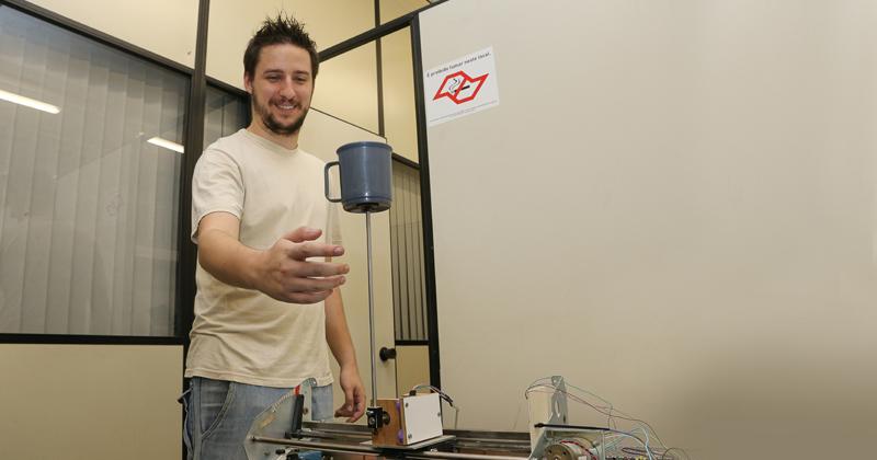 Gabriel Pereira das Neves demonstra o pêndulo invertido Translacional - Foto: Marcos Santos/USP Imagens