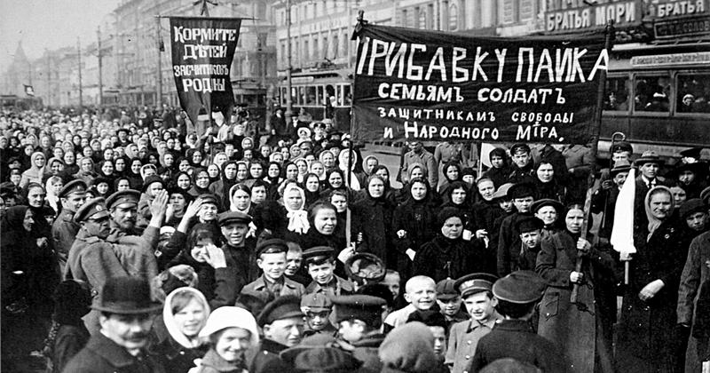 Manifestantes durante a Revolução Russa de 1917 - Foto: Wikimedia Commons