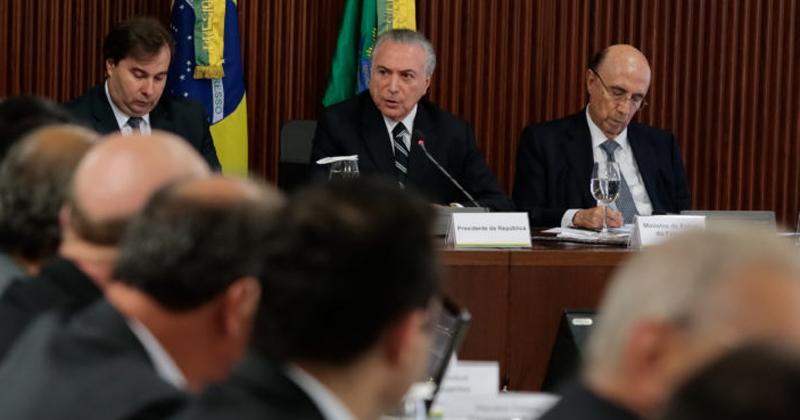 Presidente Michel Temer e Ministro Henrique Meirelles participam de reunião com a comissão de reforma da previdência - Foto: Marcos Corrêa/PR via Fotos Públicas