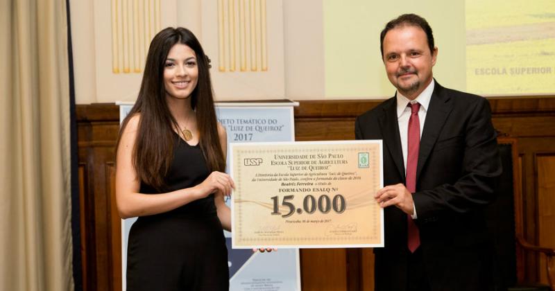 Beatriz Ferreira recebeu certificado de aluna nº 15 mil, das mãos do professor Luis Eduardo Aranha Camargo - Foto: Gerhard Waller/Esalq