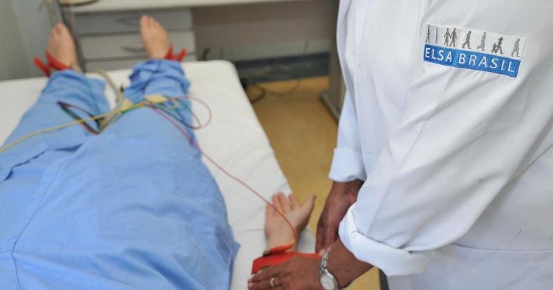 Sala de Exames do PROJETO ELSA BRASIL - Enfermera Edna Caeta fazendo exames de medida pressão arterial na participante do projeto elsa - Foto Cecília Bastos 023-16