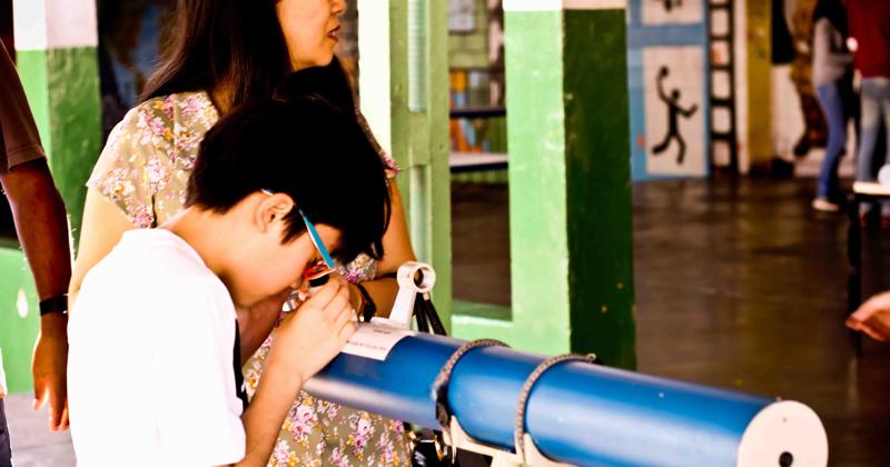 As crianças observam o princípio físico de cada instrumento na prática – Foto: Arquivo Pessoal