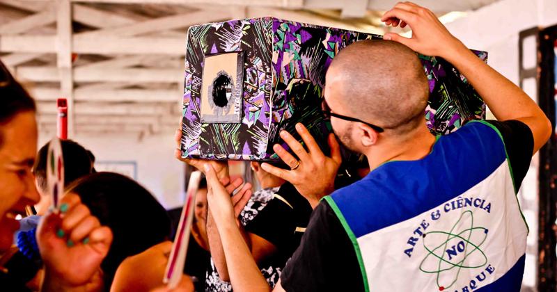 Alunos da Universidade auxiliam as atividades nas escolas – Foto: Arquivo Pessoal