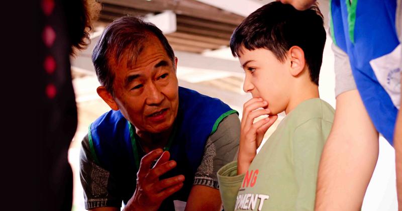 Professor Mikiya Muramatsu participando de oficina com crianças – Foto: Arquivo Pessoal