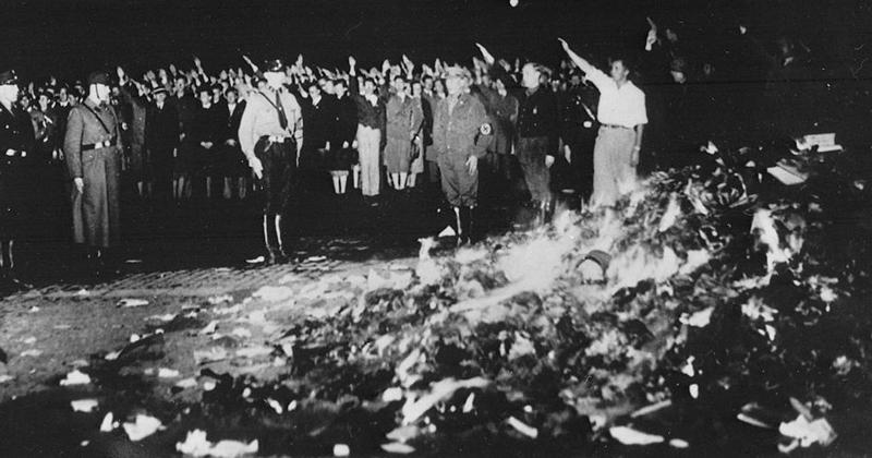 Queima de livros em Berlim, em 1933, pelos nazistas: expurgo dos livros indesejáveis - Foto: Wikimedia Commons