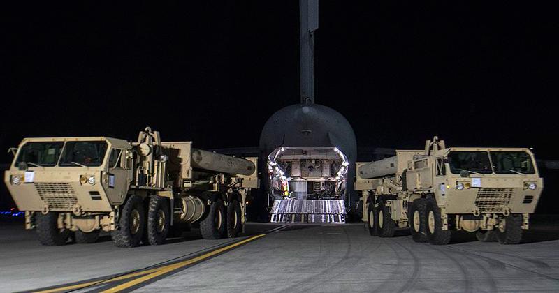 Dois lançadores de THAAD do exército norte americano que chegaram à Coreia do Sul em março de 2017 - Foto: Wikimedia Commons