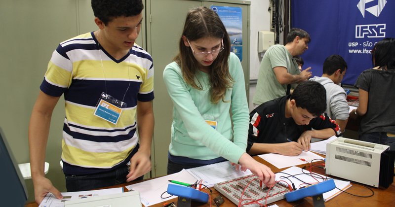 A EFC oferece aulas de física clássica, como magnetismo e óptica – Foto: Divulgação