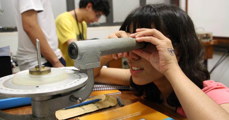 Os alunos visitam os laboratórios e realizam experimentos – Foto: Divulgação
