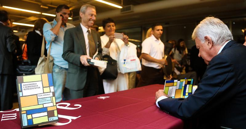 Ex-primeiro ministro espanhol autografa livro produzido pela Cátedra José Bonifácio - Foto: Cecília Bastos/USP Imagens
