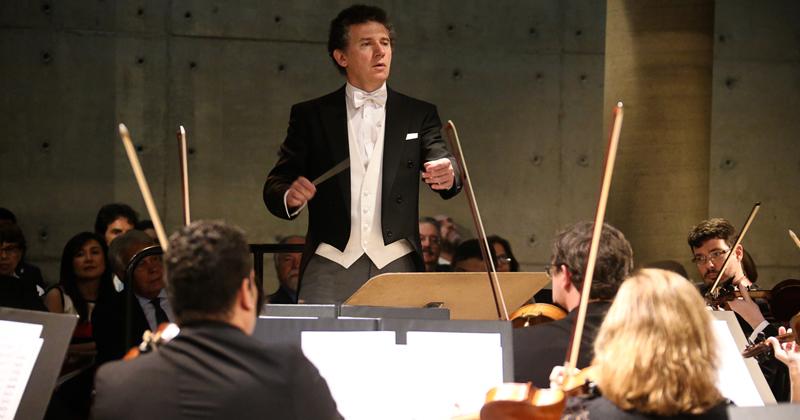 Maestro espanhol Alexis Soriano em apresentação com a Osusp após a cerimônia - Foto: Cecília Bastos/USP Imagens