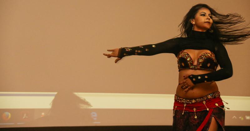 Thais Baptista fez uma performance de dança do ventre - Foto: Cecília Bastos/USP Imagens